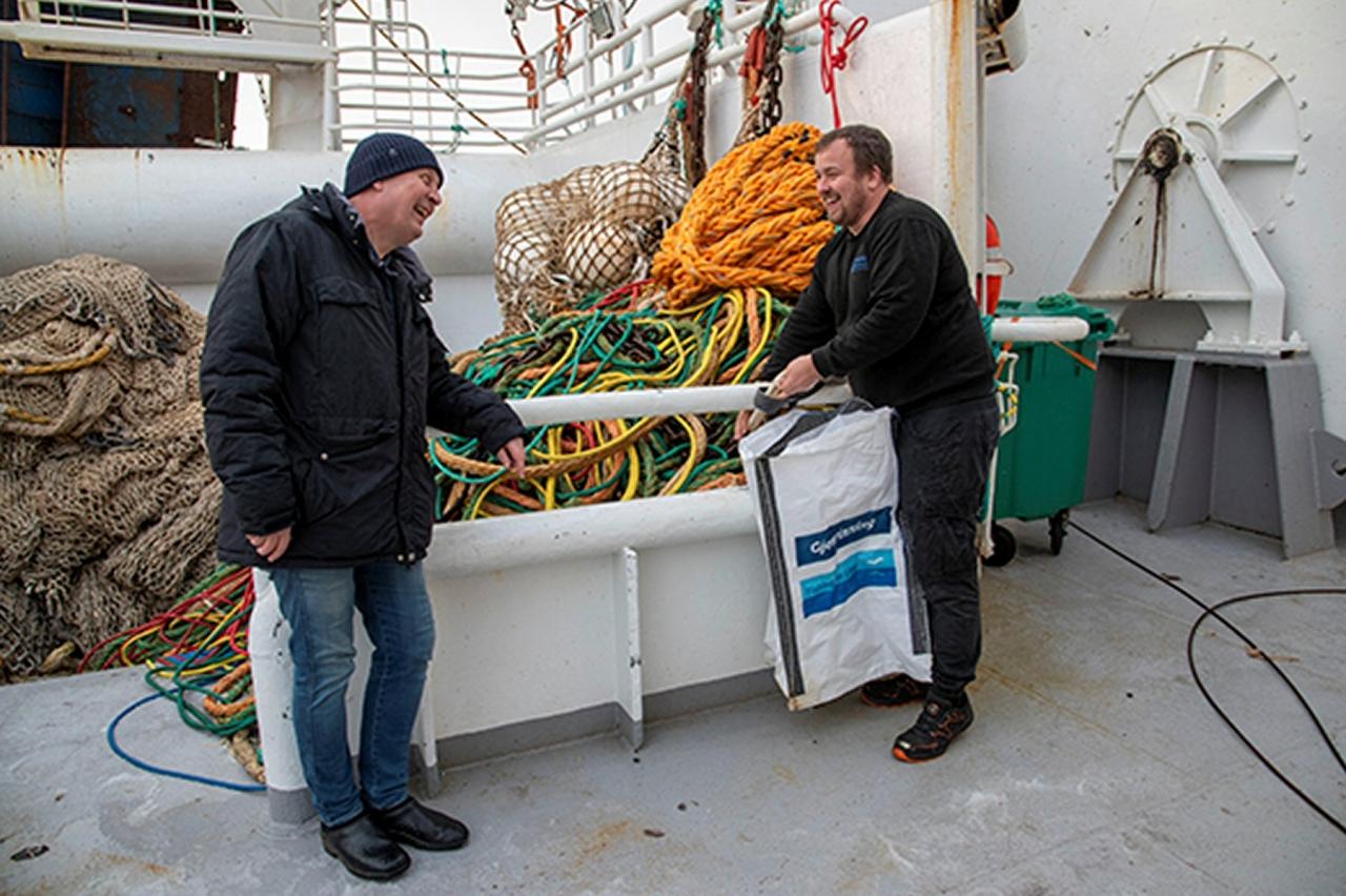 Fisker - og leverer avfall